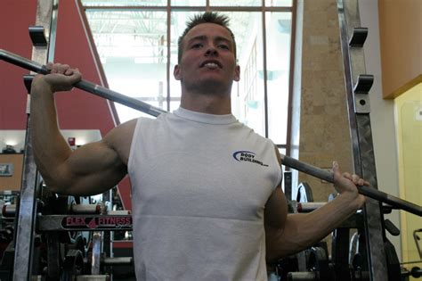 left shoulder pain after bench press rotator cuff workout bodybuilding sport fatare