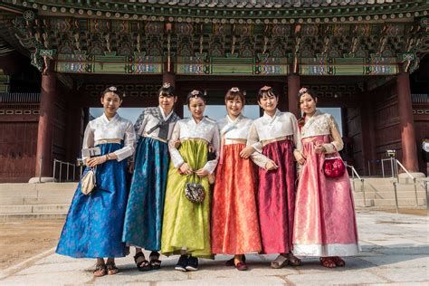 Dress Seoul in traditional dress gyeongbokgung palace
