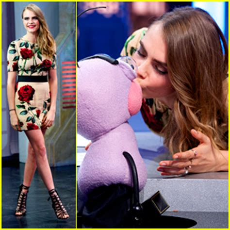 cara bermain kiss the rain guitar cara delevingne kisses ant puppet on el hormiguero
