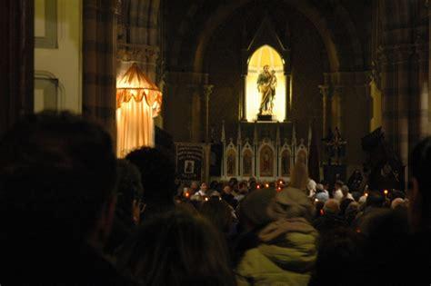 la statua della vergine di lourdes al centro festa della madonna di lourdes e processione aux flambeux