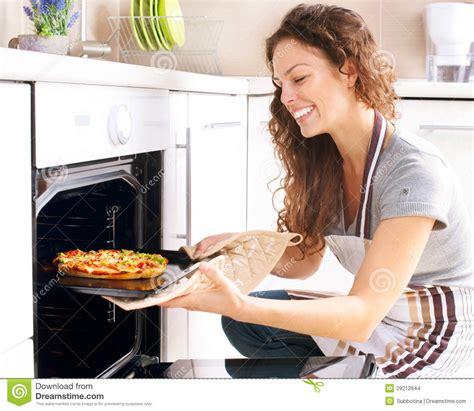 d donna cucina donna che cucina pizza immagini stock immagine 29212644