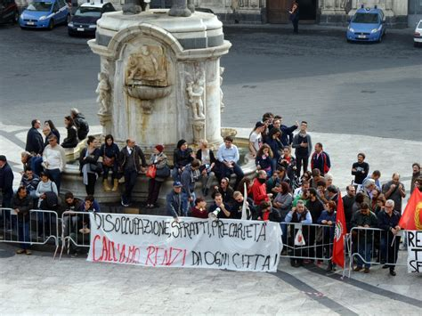 ufficio registro catania renzi a catania proteste davanti al municipio foto