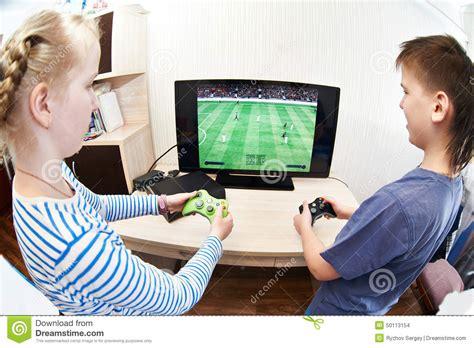 imagenes de niños jugando xbox el jugar de ni 241 os en la consola de los juegos para jugar a