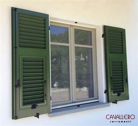 finestre e persiane persiane in legno e in alluminio