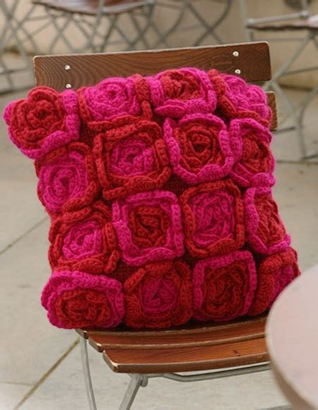 cuscini a uncinetto come fare cuscino con fiori a maglia e uncinetto