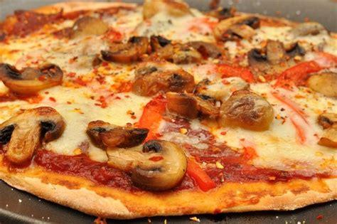 ricetta pizza in casa pizza fatta in casa la ricetta per averla morbida e soffice