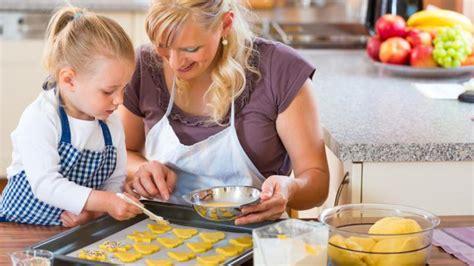 cuisiner avec enfant 8 avantages de cuisiner avec enfant yoopa ca