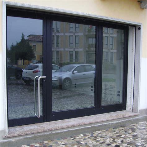 porta vetrata vetrata con porta in alluminio su uffici vetrate bussole