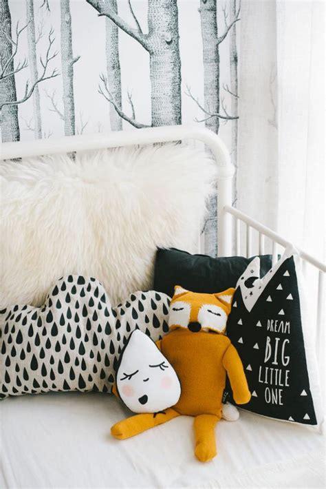 Incroyable Couleur Papier Peint Chambre #3: Papier-peint-blanc-forêt-coussins-déco-originaux.jpg