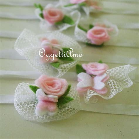 segnaposti con fiori coccarde di tulle con fiori e farfalle di feltro come