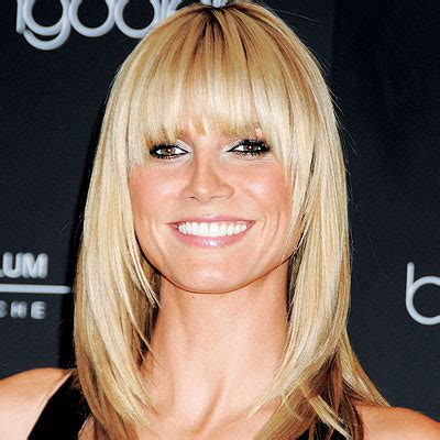 shoulder length hair angled around the face with long caperucita tiene una cita flequillos