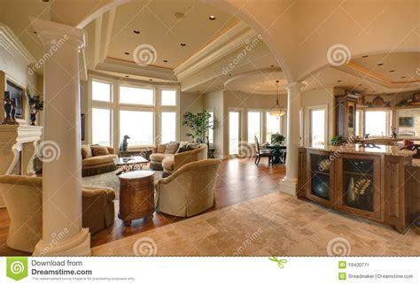 Crown Point Kitchen Cabinets sala de estar lujosa imagen de archivo imagen 19430771