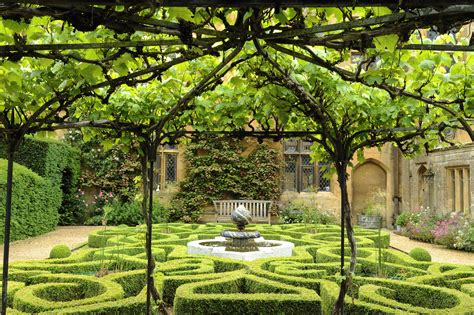 pictures of a garden the knot garden sudeley castle gardens