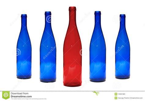 blaue und rote küche rote und blaue glasflaschen stockbild bild 12081383