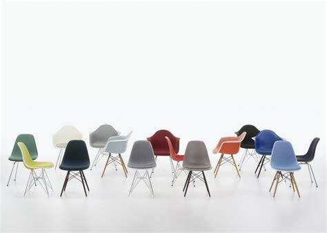 die eames plastic chairs mit angepasster sitzhoehe