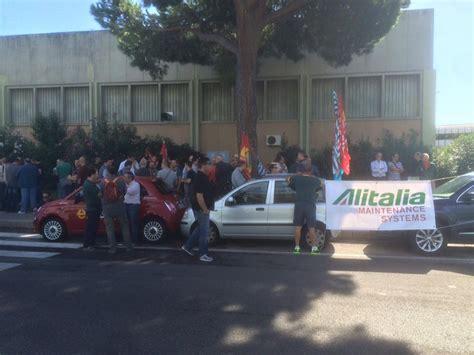 sede alitalia roma fiumicino contro i licenziamenti sit in dei lavoratori