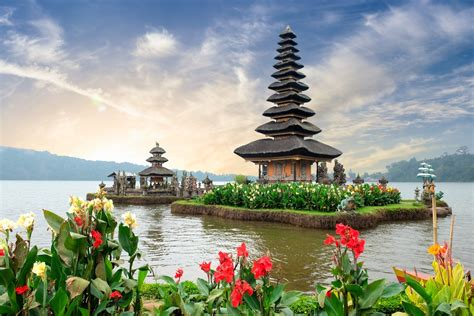 indonesia aims  attract  million tourists  bali