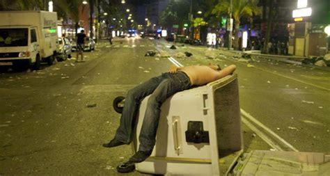vinetas la nueva moda del turismo de borrachera balconing mamading el alcalde de lloret declara la guerra al turismo de