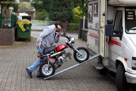 Honda Motorrad Monkey by Honda Monkey Co Mit H 252 Bschen M 228 Dchen