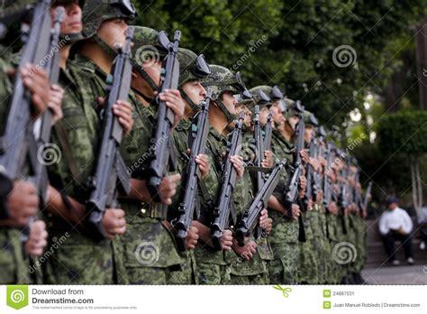 imagenes de militares orando soldados mexicanos del ej 233 rcito foto editorial imagen de