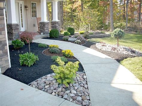 the contrast of black mulch and flower bed ideas