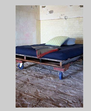 lit avec palette bois couleur bleu et roulettes