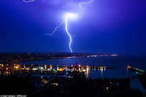 Lightning Streak Uk Heatwave To Continue After Of Thunder And