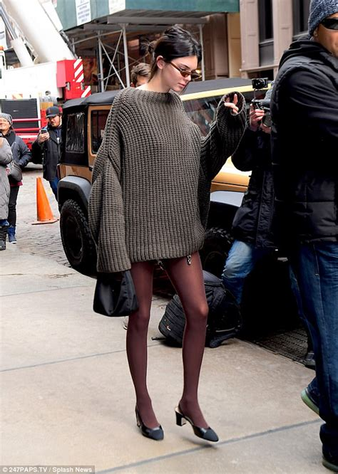 Ny Fashion Week Aw08 Coloured Tights by Kendall Jenner Wears Oversized Knit At Nyfw Daily Mail