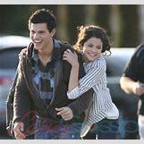 Selena Gomez And Taylor Lautner Kissing   400 x 374 jpeg 39kB