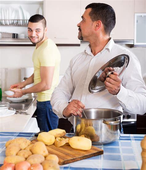 uomini cucinano uomini cucinano minestra di patate fotografia stock