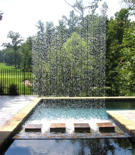 wasserspiel im garten mit brunnen bach oder wasserfall