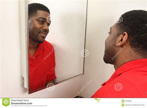 badezimmer eitelkeitsspiegel mann der im eitelkeitsspiegel schaut stockfoto bild