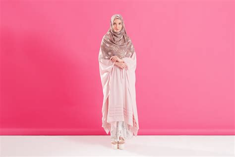 Camelia Syari Hitam til syar i dengan busana muslim motif bunga hijup