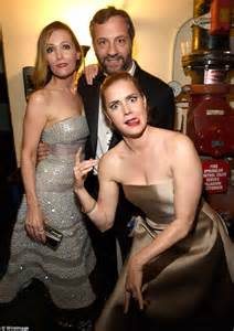 leslie mann rose byrne big eyes amy adams strikes wacky pose as she photobombs