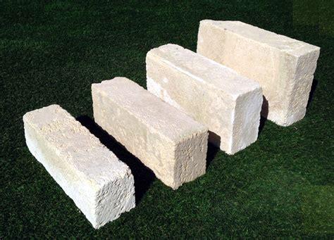 mattoni in tufo per giardino prezzi mattoni di tufo chiaro per ornamento aiuola arredo