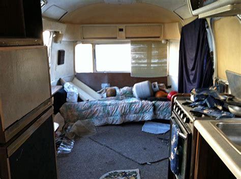 un couple modifie l int 233 rieur d une caravane endommag 233 e de