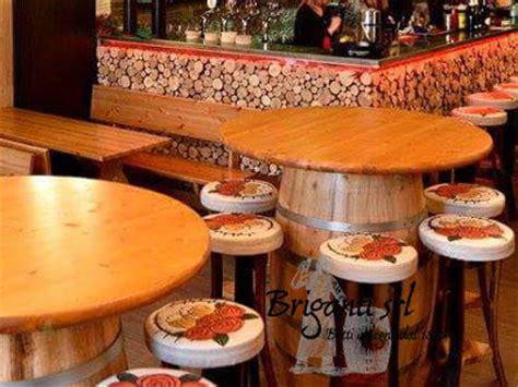 come arredare un pub arredamento botti tavoli botte mobili da botti di legno