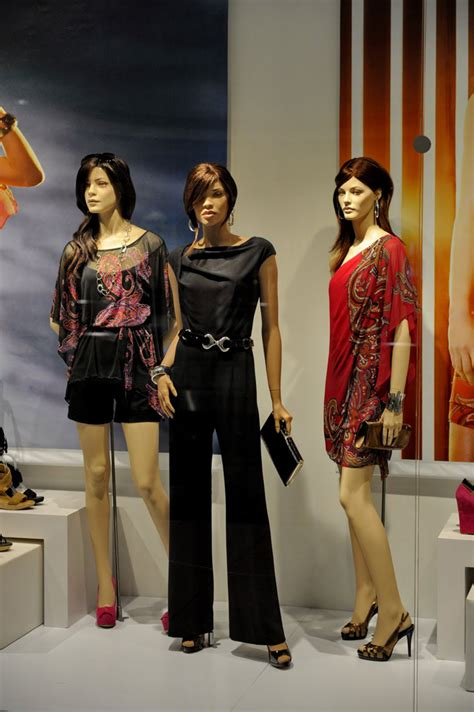 le chateau window   living mannequins