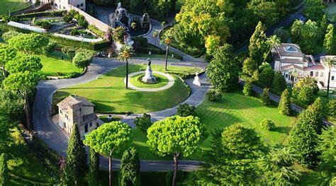 giardini vaticani tra fontane e alberi provenienti da ogni