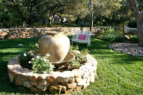 Superbe Lanterne Pierre Jardin Japonais #8: Fontaine-jardin-pot-ancien-fleurs-jardin-pelouse.jpg