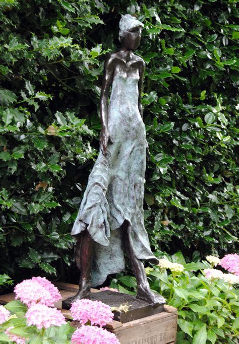 beeld in tuin bronzen beeld voor de tuin bronzen tuinbeeld beeld in de
