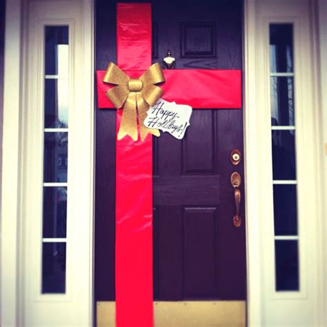 como decorar la puerta en navidad en forma de regalo 6 ideas para decorar tu puerta en navidad sin usar coronas