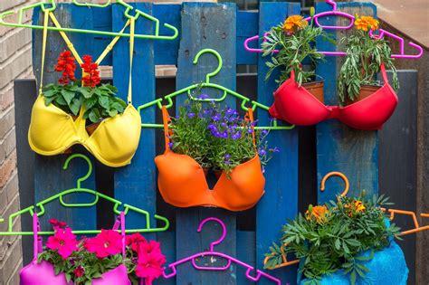 imagenes de jardines con reciclado entre plantas y macetas 191 quieres un jard 237 n creativo