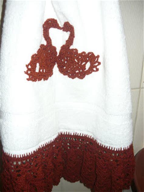 ideas para decorar el baño en navidad como adornar toallas con telas