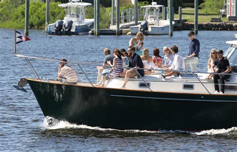 living on a boat in rhode island taylor swift and friends are on a boat living the dream