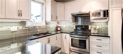 cuisine armoires blanches great rnovation de cuisine sherbrooke with armoire but blanche