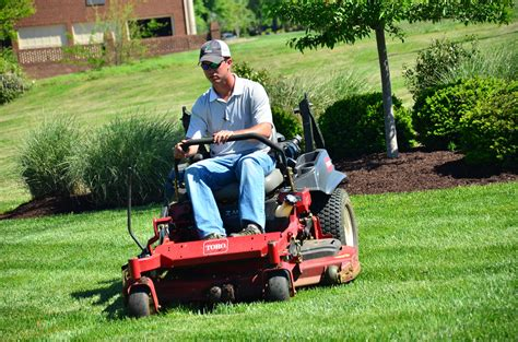Landscaper Lawn Mower Nashville Tn Order Lawn Service From Qlc Landscaping