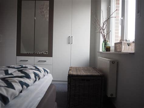 gemütliches schlafzimmer grau weiss wohnzimmerwand