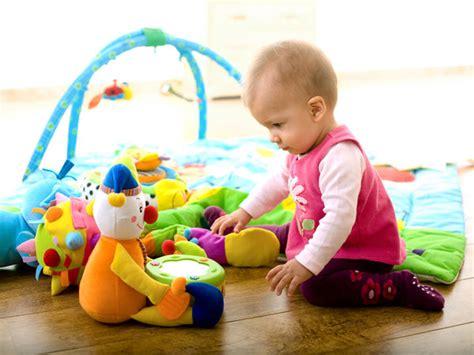 imagenes de niños jugando con sus juguetes los juguetes del beb 233 en su primer a 241 o los juguetes del