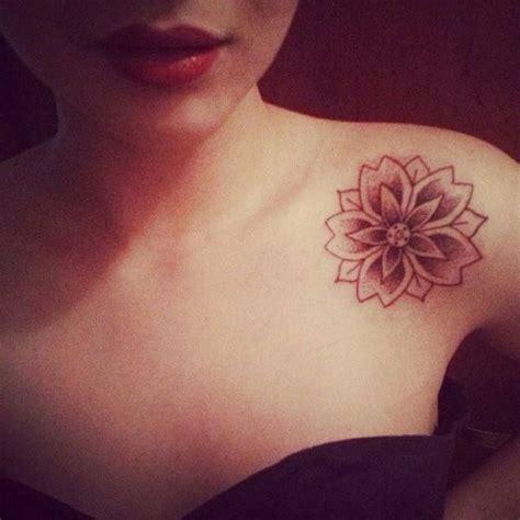 4 768 likes 29 comments 7enna designer henna tatuagem no ombro tatuagem feminina tatuagem flor